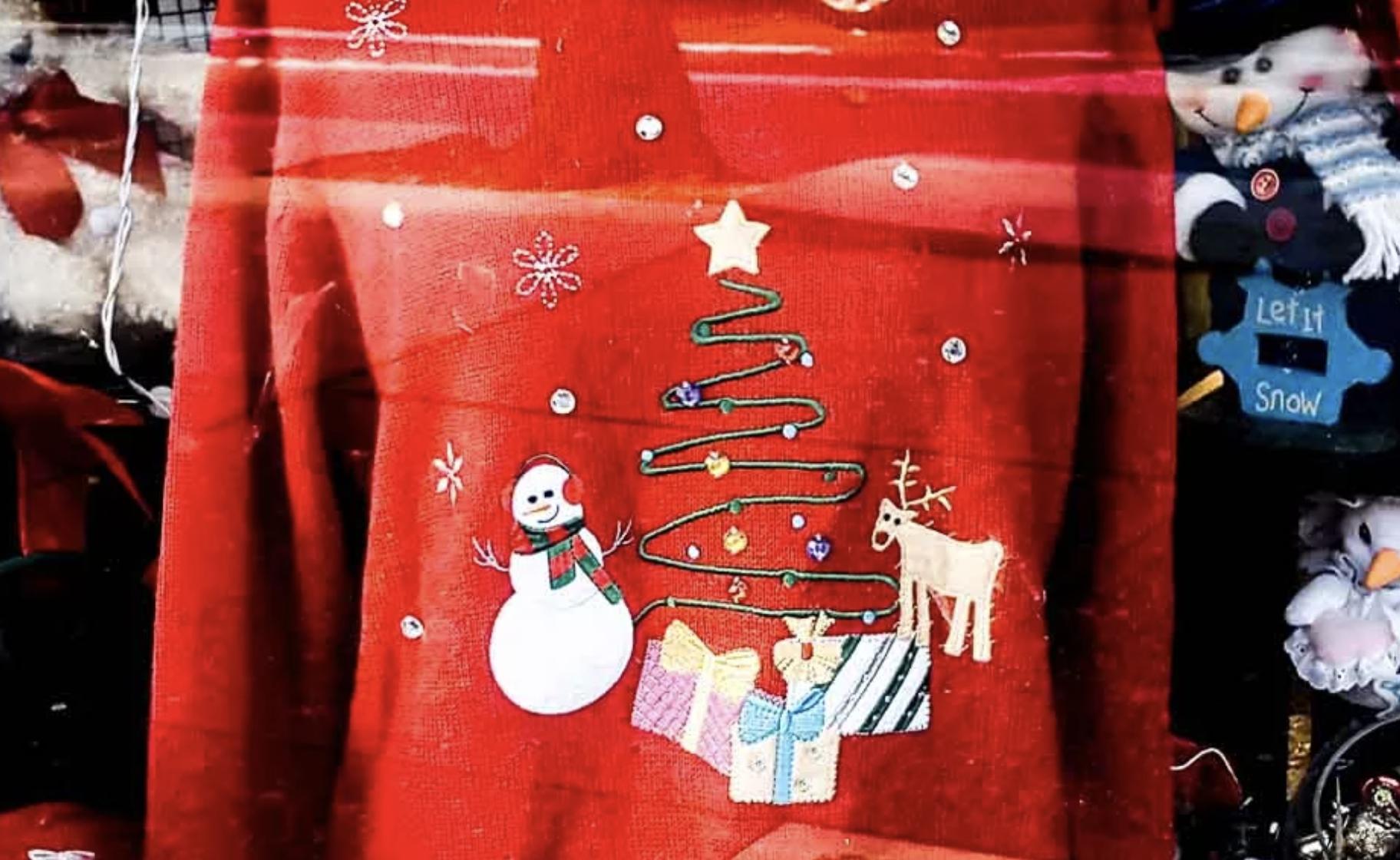 """Bella K. Trägt Auch Einen - Den """"Ugly Christmas Sweater"""". Sie Läßt Sich Damit Fotografieren Und Verschickt Dieses Foto Dann An Alle Ihre Lieben. Der Trend Zum Strick Kommt Ursprünglich Aus England Und Hat Sich Nun Auch Bei Uns Manifestiert: Strickpullover Mit Weihnachtsmännern, Elfen, Schneemännern, Elchen, Rentieren, Und Und Und. Seien Sie Ein Bißchen Wie Hugh Grant (im Film """"Bridget Jones Trägt Er Einen Wunderbaren Weihnachtspullover!) Und Animieren Sie Beim Fotografieren Ihre Kunden, Es Ihm Gleich Zu Tun. Sie Werden Sehen, Das Fotoshooting Wird Gleich Viel Lustiger Werden ;-) Verkaufstipp Für Ihren Webshop: Ziehen Sie Sich Doch Selbst Den Witzigen Und Farbenfrohen Pullover An, Ihre Kunden Werden Sich Das Lachen Nicht Verkneifen Können Und Sie Ihre Verkäufe Steigern. Der """"Tag Des Häßlichsten Weihnachtspullovers"""" Ist 2019 übrigens Am 20. Dezember!"""